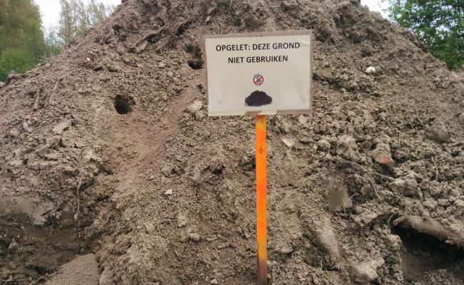Besmette grond die werd afgezeefd en waarvoor een nazorgtraject loopt.