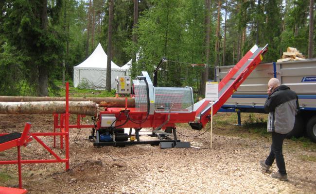Zaagkliefcombinatie voor de productie van brandhout